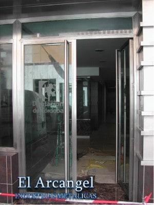 entrada a edificio fabricada en metal